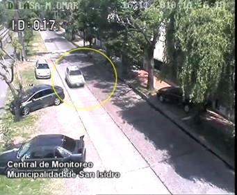 El auto robado, detectado por las cámaras de seguridad de la comuna, circulando por  el Bajo de San Isidro