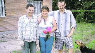 La víctima de 56 años junto a sus hijos actualmente prófugos