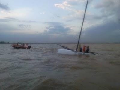 Prefectura rescató a dos tripulantes de un catamarán que dio vuelta campana