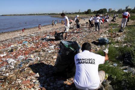 Voluntarios de De Narváez limpiaron la costa de Vicente López