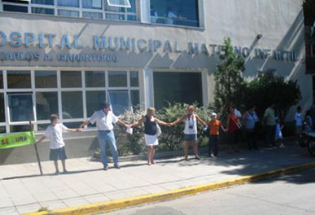 Abrazo simbólico en el hospital Materno Infantil de San Isidro