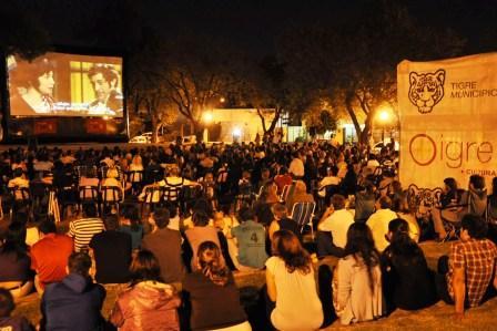 a Plaza de Gral. Pacheco se convirtió en una sala de cine al aire libre, para que todos los presentes disfrutaran el esperado film