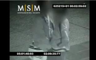 Las cámaras de seguridad captaron a un profesor cuando abusaba de un chico