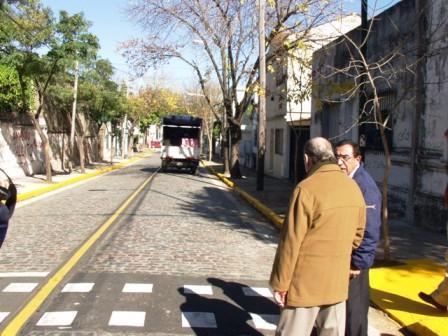 El Intendente Osvaldo Amieiro, recorrió el martes 3 de abril, la renovada calle Maipú, junto a vecinos y funcionarios del ejecutivo y del legislativo local.