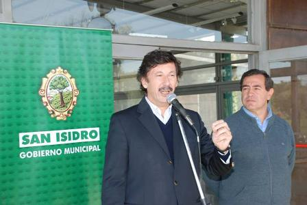El intendente Posse hablando en el acto. A su lado, Juan José Giménez