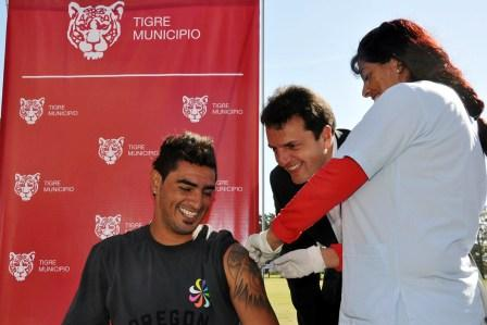 Román Martínez vacunandose junto al Intendente Massa