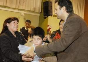 Daniel Ivoskus entregó libros en braile a instituciones de San martín
