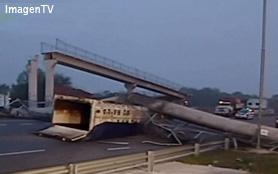Un camión derriba puente peatonal en panamericana y corta la circulación a la altura de Campana