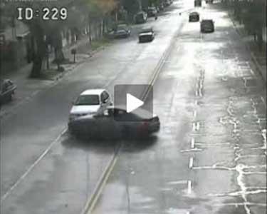 Un video captó cuando una Ferrari se estrelló contra un Gol en avenida Libertador