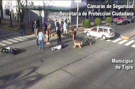 Las cámaras captan el increíble choque de dos motos en Tigre
