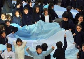 Una multitud desfiló con la bandera mas larga del Mundo