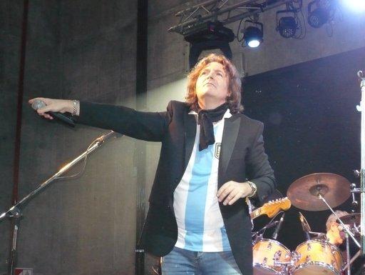 Miguel Mateos homenajeó a la selección argentina y cantó el Himno en el Monumental