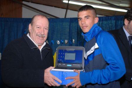 El Intendente Osvaldo Amieiro compartió una nueva entrega de computadoras portátiles en el Distrito
