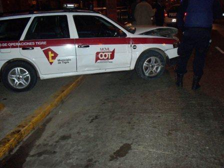un móvil de seguridad municipal (orden 106) les cortó el paso y el Nissan cayó en una zanja