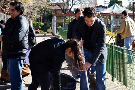 Santiago Cafiero organizó la limpieza de la Plaza Belgrano junto a vecinos de Villa Adelina