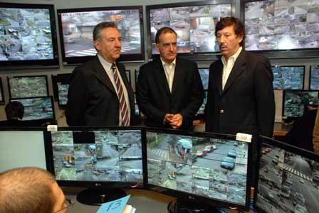 El intendente Posse, junto al  diputado Norberto  Erro y el secretario  de Gobierno, Ricardo Rivas, recorriendo el centro de Monitoreo