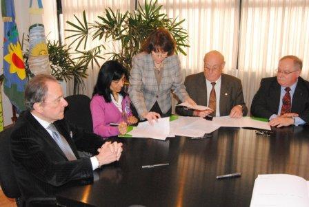 el Intendente Municipal de Vicente López, Enrique García, y Viviam Perrone, como presidenta de la Asociación Civil Madres del Dolor, firmaron el convenio