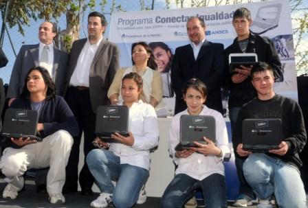 Vivona junto a ANSES entregaron 670 netbooks a alumnos y docentes de Malivinas Argentinas