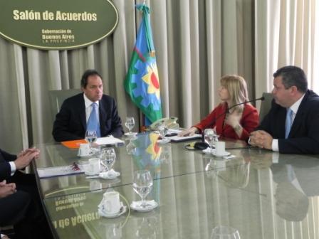 El gobernador Daniel Scioli, la ministra de Infraestructura Cristina Álvarez Rodríguez y el Administrador General del Instituto de la Vivienda bonaerense (IVBA), Gustavo Aguilera