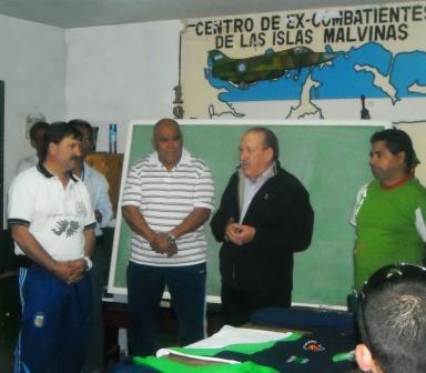 Amieiro junto a veteranos de guerra que competirán en los juegos de San Juan