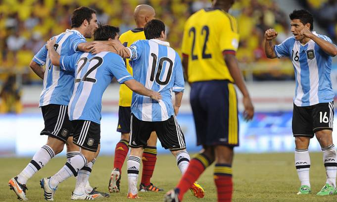 Argentina reaccionó, le ganó 2-1 a Colombia y llegó a la cima en Barranquilla
