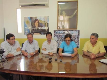 Estuvieron presentes en la conferencia de prensa los ediles Augusto Briceño, Alberto Esteban, Fernando Coronel, Viviana Nocito y Luis Giménez