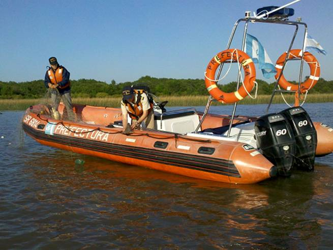 Buscan a un prefecto que desapareció en el río al darse vuelta su canoa