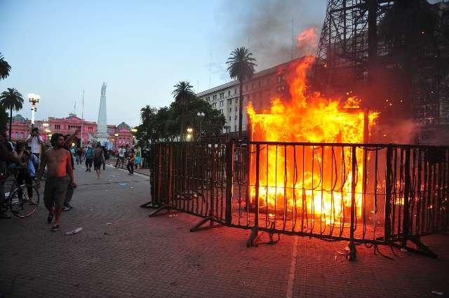 Recordaron el estallido que puso fin al gobierno de De la Rúa y quemaron el árbol de navidad de la Ciudad