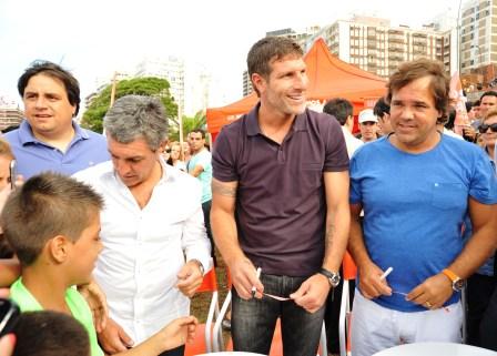 Martín Palermo y Alberto Pérez entregaron pulseras para ubicar a chicos perdidos en las playas