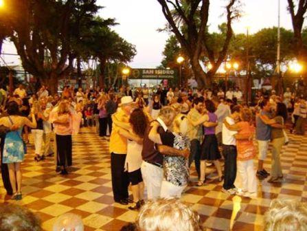 Buen arranque de los encuentros milongueros en la plaza 9 de Julio.