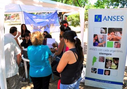 Más de 1.000 vecinos se acercaron a las plazas de San Martín para acceder a los servicios que brinda la Municipalidad.