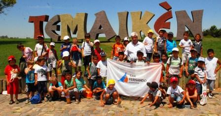Luis Andreotti junto a 250 chicos de la colonia en Temaikén.