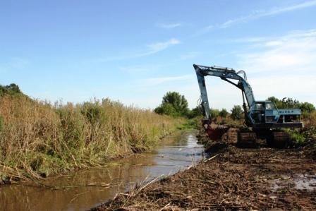 Esta en marcha la obra para acondicionar el canal de desagüe del barrio Lambertuchi.