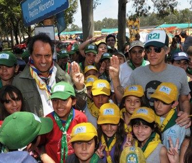 """Scioli y Charly Alberti por los scouts como """"guardianes ambientales""""."""