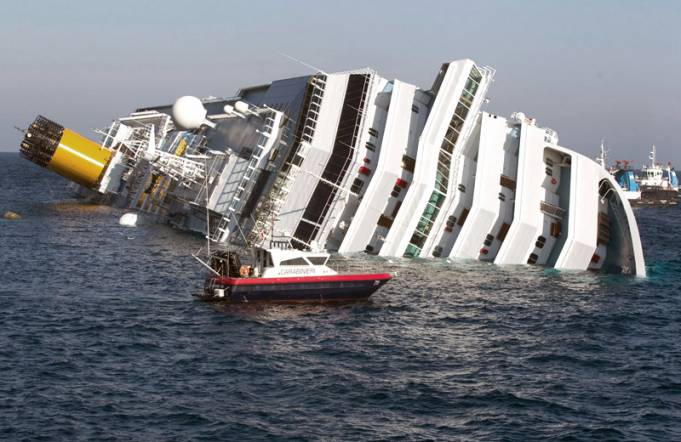 Buzos reanudan búsqueda de desaparecidos en crucero hundido