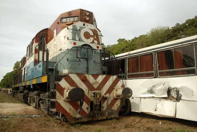 Once heridos leves al embestir tren a micro escolar en Campana