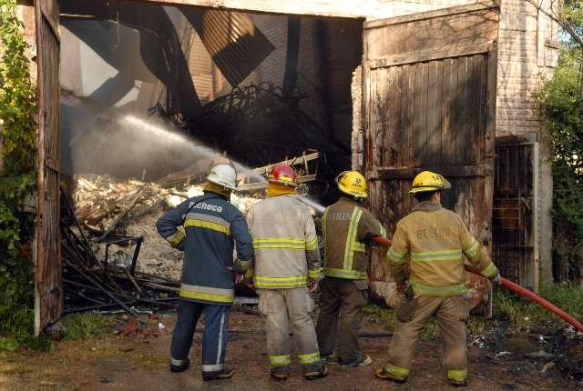 Un incendio destruye un depósito de colchones de Garín