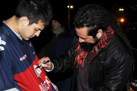 Néstor Ramljak firmando autografos