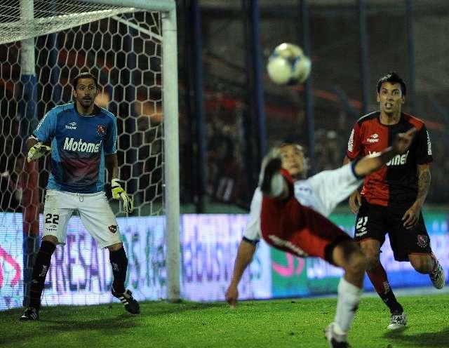 Luna hizo tres goles para darle a Tigre el triunfo ante Newells y la cima, además de sacarlo del descenso directo