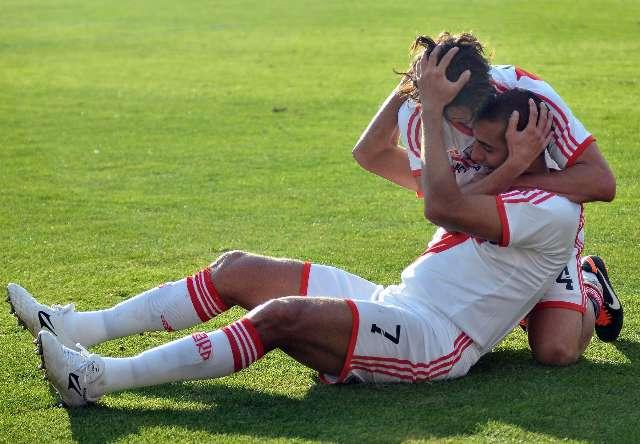 David Trezeguet festeja con sus compañeros su gol con el que River está logrando el ansiado ascenso a la división mayor del futbol argentino. Foto: Alejandro Santa Cruz/Télam