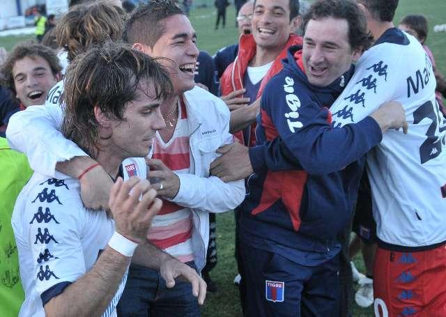 Chino Luna festaja el primer gol de Tigre ante Independiente