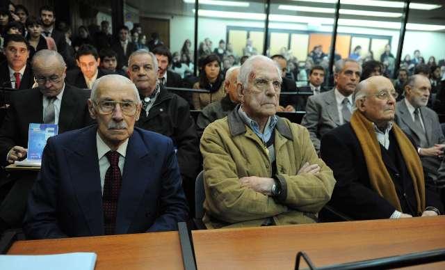 Los represores Jorge Rafael Videla, Reynaldo Bignone y Santiago Omar Riveros en primera fila, escuchan las sentencias del Tribunal Oral Federal 6 por el caso robo de bebés