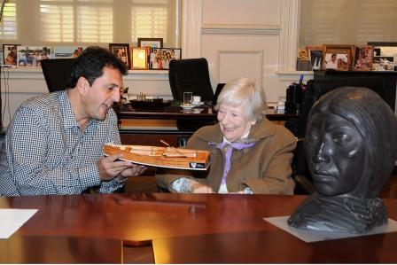 Olinda Bentivenga, viuda del prestigioso escultor Arístides Alcides Boledi, se reunió con el intendente Sergio Massa