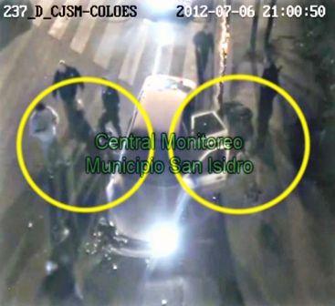 Momentos en que los delincuentes son detenidos tras chocar contra un ómnibus.