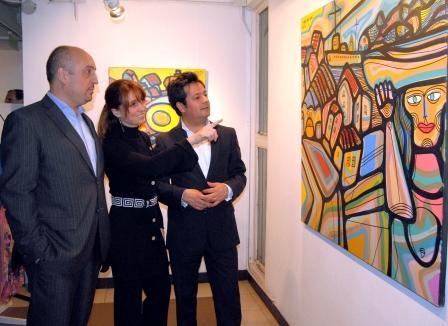 Durante el vernissage de inauguración de la muestra de Carlos Páez Vilaró, el director general de Cultura, Hernán Nogués, la directora de Artes Visuales, Alejandra Árias Clérici, y el secretario de Cultura y Turismo de la Municipalidad de Vicente López, Rafael Hugo Sataffolani.