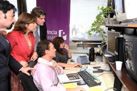 La Ministra de Economía de la Provincia de Buenos Aires, Silvina Batakis, y el Vicepresidente Ejecutivo del Grupo Banco Provincia, Nicolás Scioli. En la mesa de operaciones de Provincia Bursátil durante la colocación de Letras del Tesoro.