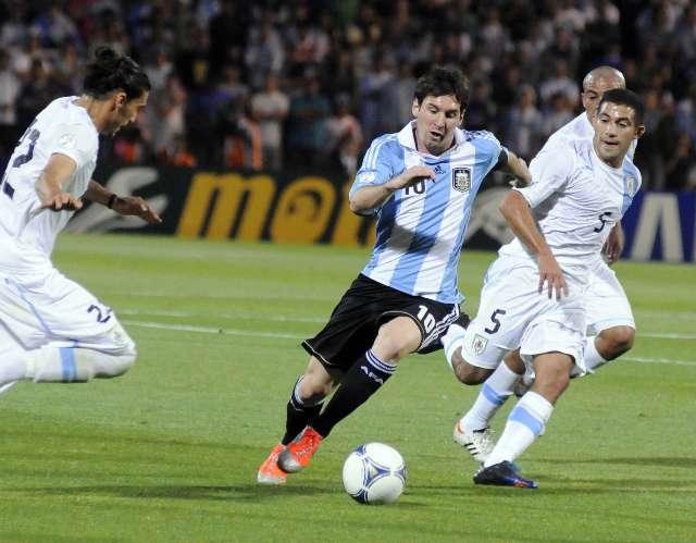 Argentina goleó a Uruguay y lidera la tabla de las eliminatorias