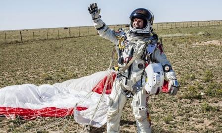 El austríaco Félix Baumgartner estableció hoy el récord mundial al lanzarse desde un globo a 39.068 metros