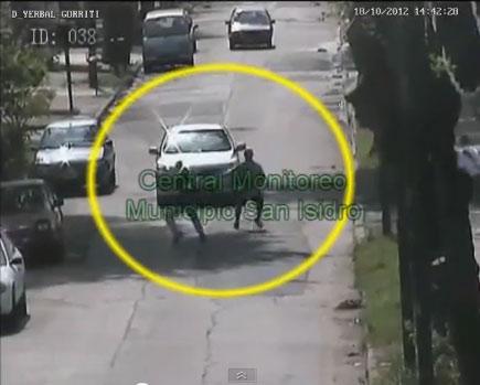 Las Cámaras de San Isidro captan cuando un automovilista atropella a un delincuente que pretendía asaltarlo