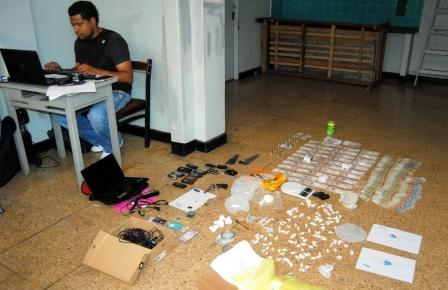 Dos mujeres y dos hombres fueron detenidos por vender drogas en una pensión de Carapachay
